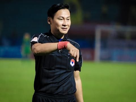 Trọng tài Trần Văn Lập làm dậy sóng sân Tân An là điểm nhấn vòng 23 V-League 2017. Ảnh: Hoàng Triều