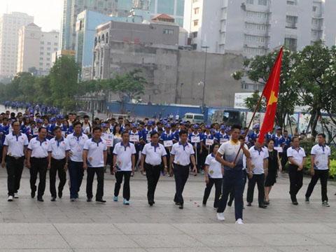 Hàng ngàn người tham dự Hưởng ứng Lễ xuất quân và đi bộ đồng hành cổ vũ đoàn thể thao Việt Nam dự SEA Games 29 cùng dâng hoa tượng đài Chủ tịch Hồ Chí Minh. Ảnh: Nam Trung