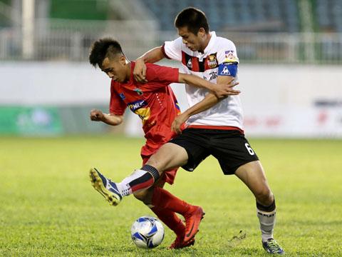 Thể hình vượt trội giúp U19 Seoul đánh bại U19 HAGL (đỏ). Ảnh: Anh Lập