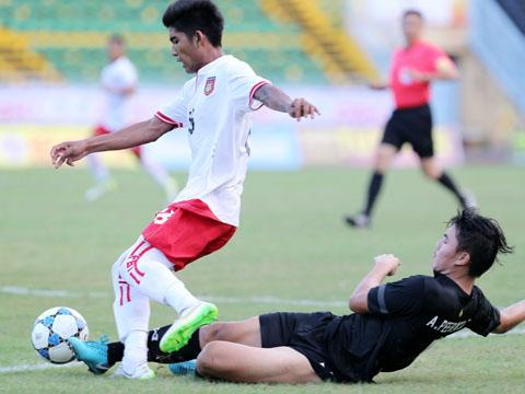 U21 Thái Lan (áo đen) ngã đau trước U21 Myanmar ở lượt trận 2 chiều 14/12. Ảnh: Anh Lập
