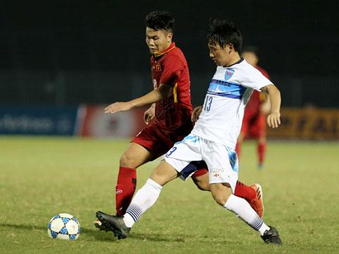 Nỗ lực của Bảo Toàn (áo đỏ) là không đủ giúp U19 Việt Nam thoát khỏi trận thua đầu tiên ở giải năm nay. Ảnh: Anh Lập