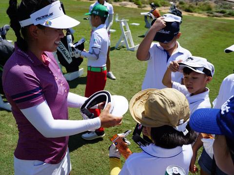 Tay golf đẳng cấp thế giới Brianna Đỗ được các em nhỏ đón chào. Ảnh: BM