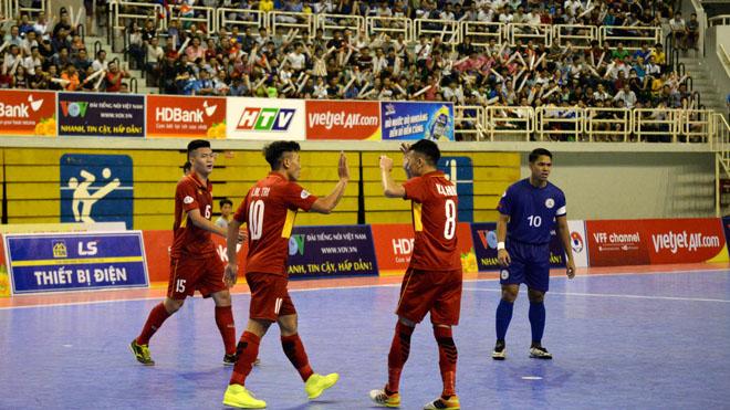 Futsal Việt Nam thắng 'hai trận tennis' trước Philippines