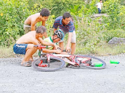 Tai nạn khiến VĐV không thể hoàn thành cuộc đua. Ảnh: Dương Thu