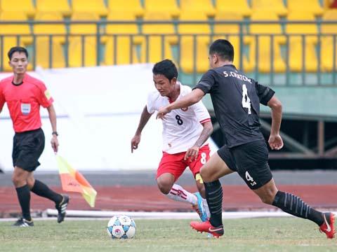 U21 Myanmar (trắng) đánh bại U21 Thái Lan. Ảnh: Dương Thu