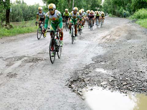Trịnh Đức Tâm (trước) cũng là VĐV tiềm năng của xe đạp Việt Nam. Ảnh: Dương Thu
