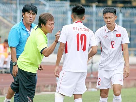 HLV Trần Minh Chiến tiếc nuối khi các cầu thủ non trẻ của ông không thể bảo vệ chiến thắng. Ảnh: Dương Thu