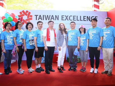 Ca sĩ Minh Hằng cùng tham dự khuấy động giải cùng hơn 8000 VĐV. Ảnh: BM