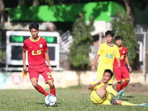 TP.HCM (đỏ) tiếp tục làm nên bất ngờ với vị trí nhất bảng A. Ảnh: Quang Phương