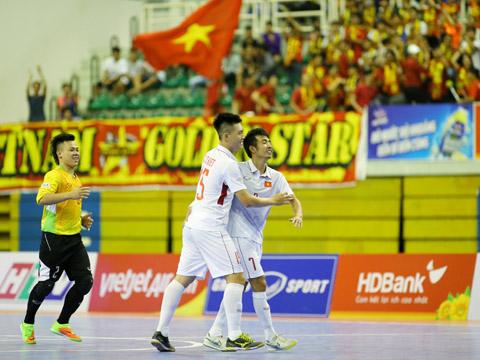 2/3 cầu thủ ghi bàn vào lưới Myanmar tối 30/10, thủ môn Văn Huy và tiền đạo Trọng Luân (số 7). Ảnh: H.K