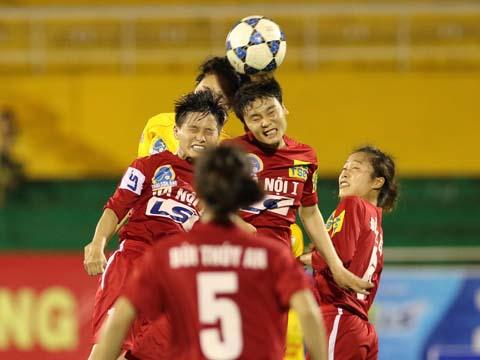 Hà Nội 1 (đỏ) luôn rất khó lường trong khi Phong Phú Hà Nam (vàng) có ưu thế sân nhà giải năm nay. Ảnh: Duy Anh