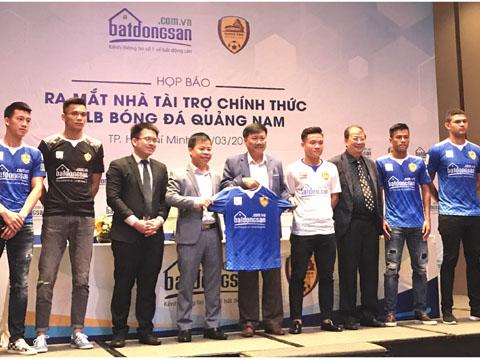 Ngoại binh Thiago (ngoài cùng bên phải) đang hoàn tất thủ tục nhập quốc tịch Việt Nam. Ảnh: Bình Minh