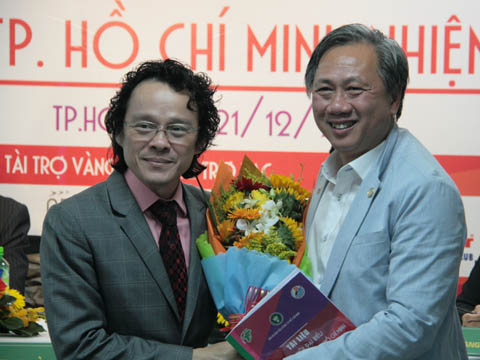 Ông Mai Bá Hùng (phải) tặng hoa cho Chủ tịch Nguyễn Phương Nam trong ngày đắc cử Chủ tịch Liên đoàn cầu lông TP.HCM. Ảnh: Bình Minh