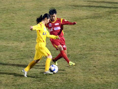 Tiền vệ Thùy Trang góp 1 bàn thắng vào chiến thắng 6 sao của TP.HCM ngày khai màn lượt về để giành tặng người mẹ đang điều trị bệnh ung thư. Ảnh: Duy Anh