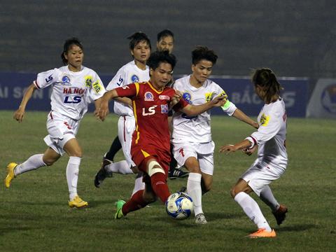 Hoài Lương (đỏ) ghi bàn thắng duy nhất giúp TP.HCM 1 vững vàng ngôi đầu sau vòng 10. Ảnh: Duy Anh