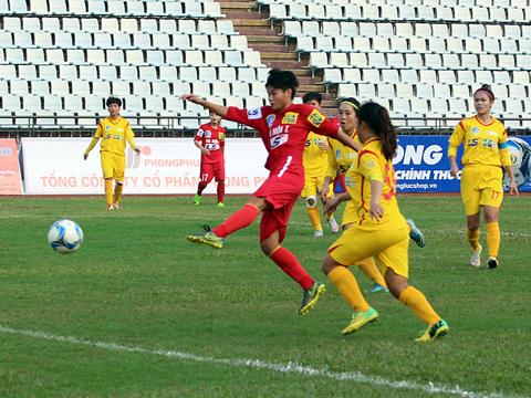 Tiền đạo Nguyễn Thị Huế mở ra chiến thắng 4 sao cho Hà Nội 1 trước TP.HCM 2. Ảnh: Duy Anh