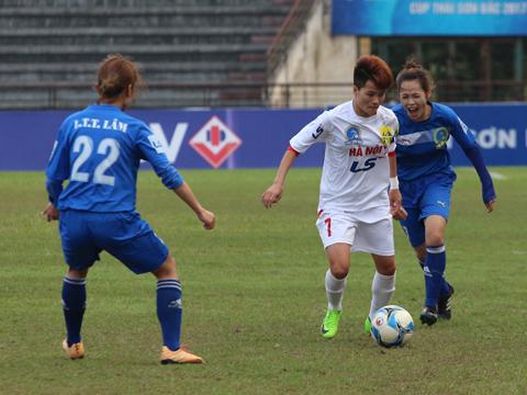 Nguyễn Thị Muôn và các đồng đội ở Hà Nội 1 phải chờ đến lượt trận áp chót mới chính thức có vé vào bán kết. Ảnh: Duy Anh