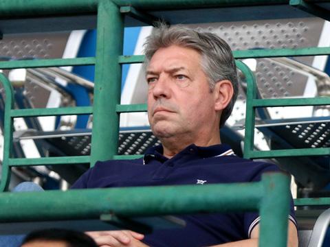 GĐKT Jurgen Gege quan sát màn trình diễn của các đội bóng dự VCK U21 QG. Ảnh: Anh Hòa