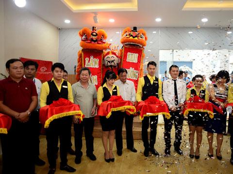 Phó giám đốc Sở Văn hóa và Thể thao TP.HCM Nguyễn Hùng cắt băng khai trương giải đấu. Ảnh: Văn Quang