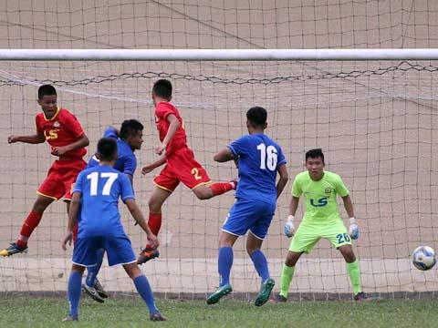 PVF (xanh) muốn tránh Viettel ở bán kết nên họ đã chọn cách thua Hà Tĩnh ở lượt trận cuối bảng B. Ảnh: Quang Phương