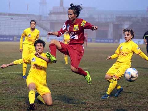 Chủ nhà Phong Phú Hà Nam (vàng) cũng rất khó khăn để đánh bại Hà Nội 1 ở trận bán kết 2. Ảnh: Duy Anh