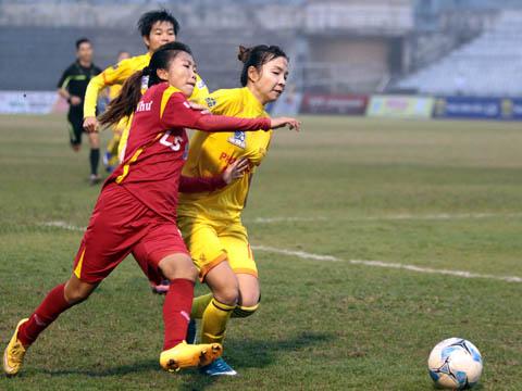 Huỳnh Như (đỏ) và các đồng đội TP.HCM 1 đã rất vất vả trước Phong Phú Hà Nam trong trận chung kết. Ảnh: Duy Anh