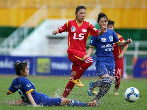 Huỳnh Như (đỏ) và các đồng đội TP.HCM 1 mơ lập hat-trick vô địch. Ảnh: Duy Anh