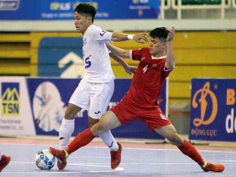 Cao Bằng (đỏ) bất ngờ vượt lên dẫn trước Thái Sơn Nam ở trận bán kết 1. Ảnh: Duy Anh