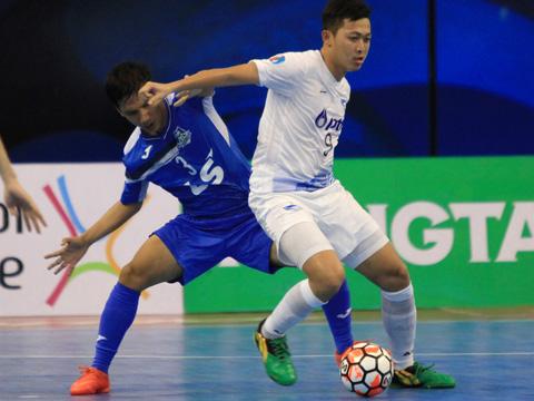 Futsal Việt Nam vẫn là cái bóng mờ của người Thái (áo trắng). Ảnh: Vương Anh
