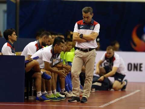 HLV Rodrigo có màn ra mắt không thành công ngay khi chính thức bắt đầu công việc mới ở Việt Nam. Ảnh: Quang Liêm