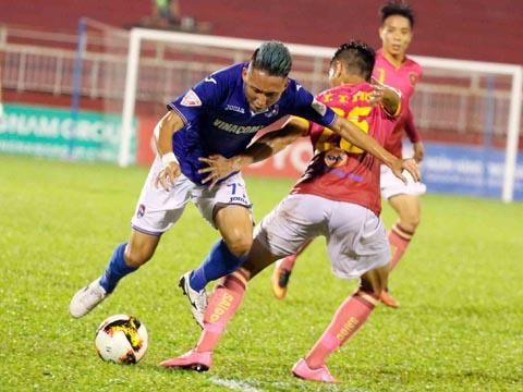 Than Quảng Ninh của Xuân Tú được đánh giá cao hơn dù chơi trên sân khách tuần này. Ảnh: VPF