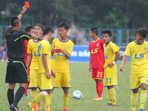 Đội trưởng Bá Quyền của SLNA lập kỷ lục 2 lần nhận thẻ đỏ ở giải năm nay. Ảnh: Quang Phương