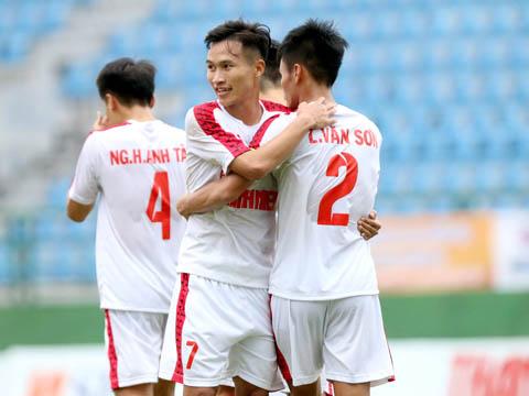 Cú đúp của Văn Sơn giúp HAGL chính thức đoạt vé đầu tiên vào bán kết bảng B. Ảnh: Anh Hòa