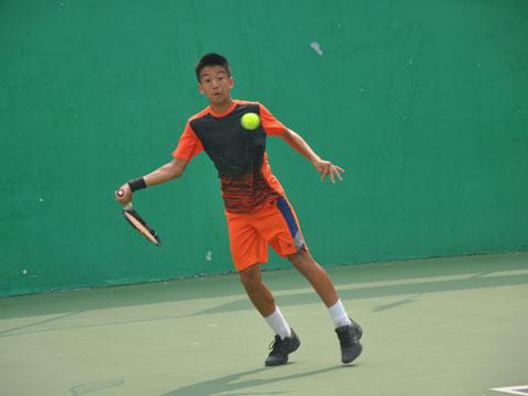 Võ Quốc Uy thi đấu xuất sắc giành 3/4 HCV giúp Việt Nam thăng hạng nhóm 1 U14 ITF. Ảnh: BM