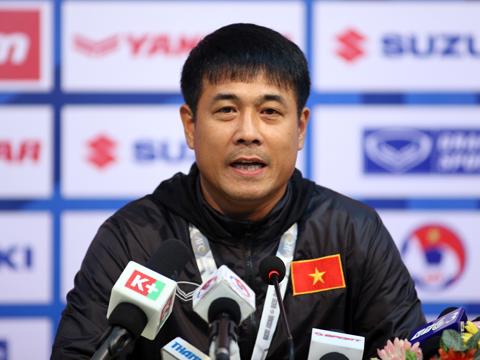 HLV Hữu Thắng phấn khởi trong buổi họp báo sau trận đấu. Ảnh: Quang Liêm