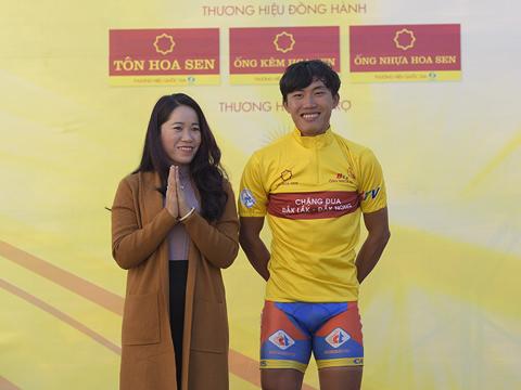 Phạm Quốc Cường giành Áo vàng ở giải kết thúc năm 2017 của xe đạp Việt Nam. Ảnh: Lê Huy