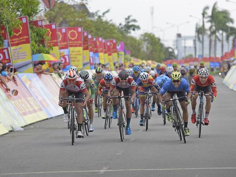 Lê Nguyệt Minh chính thức lấy giải Áo xanh sau chặng 2 giải xe đạp BTV Cúp Ống nhựa Hoa Sen 2017. Ảnh: Lê Huy