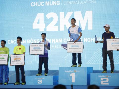 Các VĐV chuyên nghiệp Việt Nam đoạt thành tích tốt nội dung marathon hơn 42 km ở giải đấu quốc tế trên sân nhà. Ảnh: BM