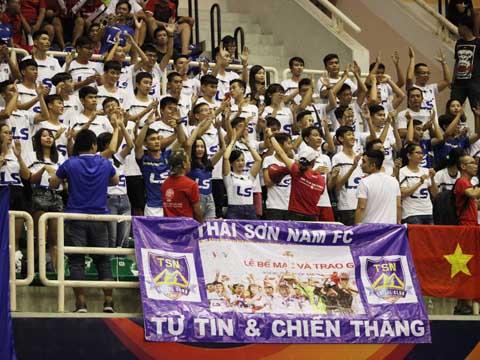 Các CĐV Thái Sơn Nam phấn khích vì đội nhà lách qua khe cửa hẹp vào tứ kết. Ảnh: Lê Linh