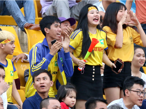 Gần 1000 CĐV SLNA có mặt cổ vũ cho đội nhà đã không được hưởng niềm vui trọn vẹn chiều tối 5/12 trên sân Gò Đậu. Ảnh: Anh Hòa