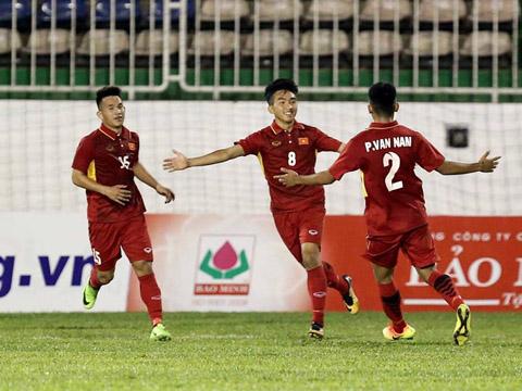 U19 tuyển chọn Việt Nam dễ dàng đánh bại U19 Chonburi 3-0 để leo lên vị trí đầu bảng. Ảnh: Anh Lập