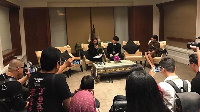 Viral Fest Asia 2017: Sơn Tùng M-TP tự tin trả lời báo giới tại Thái Lan