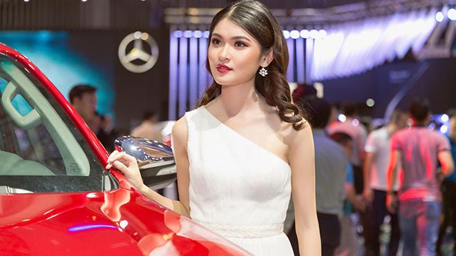 Sao Việt tấp nập khoe dáng bên siêu xe 'hot' nhất vừa ra mắt