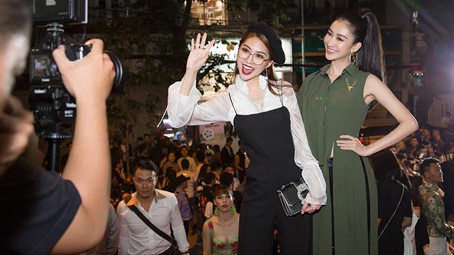 Chung kết Next Top: Phạm Hương tinh nghịch selfie cùng Tường Linh và Hà Thu