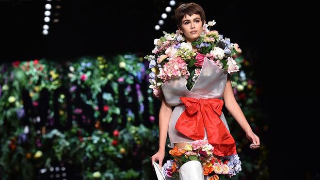 Con gái Cindy Crawford: 16 tuổi đã 'khuynh đảo' các tuần lễ thời trang quốc tế