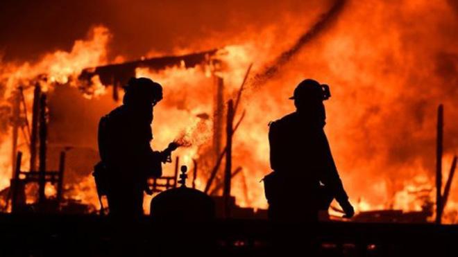 Cháy rừng kinh hoàng, California chìm trong khói lửa, 10 người, 1.500 ngôi nhà bị thiêu rụi