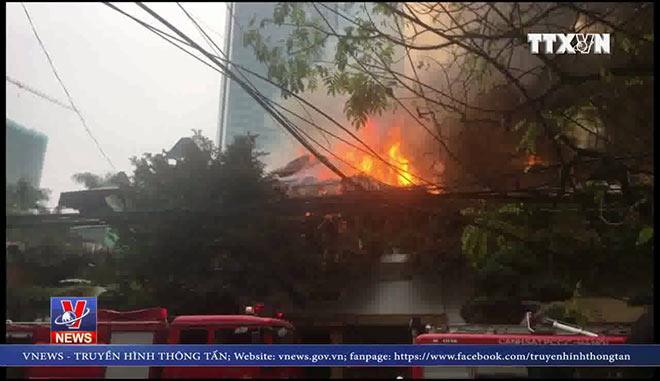 VIDEO: Cháy lớn tại quán café ở Hà Nội