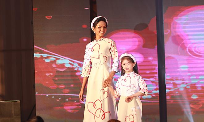 H'Hen Niê làm vedette cho bộ sưu tập áo dài của Ngọc Hân