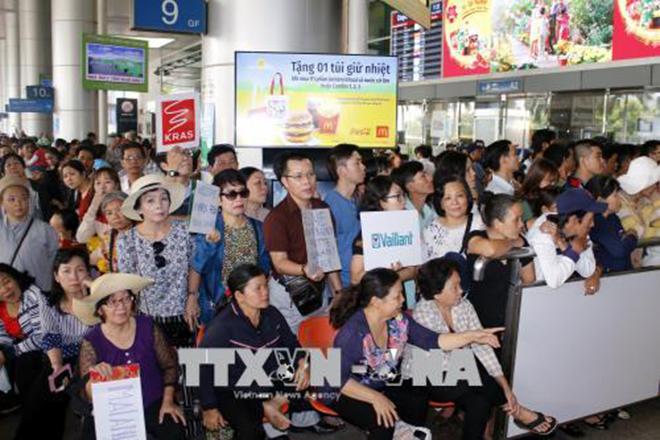 Sân bay Tân Sơn Nhất 'chật cứng' thân nhân đón người nhà về quê ăn Tết