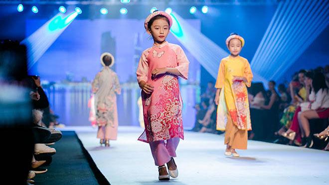 Con gái cưng của Ngọc Diễm diễn thời trang áo dài củaHoa hậu Ngọc Hân